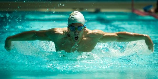Nadador nadando a mariposa en un club Virgin Active